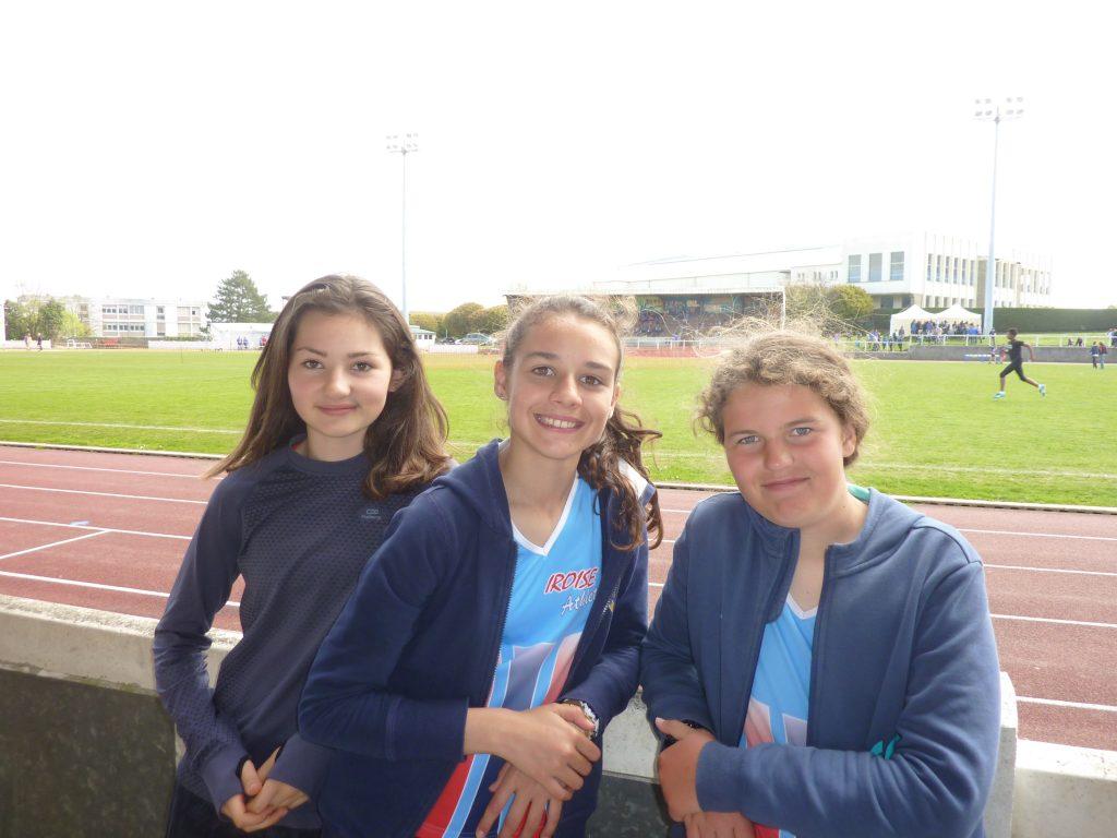 Maëlys, Jeanne et Marie sur le stade de Morlaix